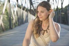 Портрет красивой женщины на заходе солнца Стоковые Фотографии RF