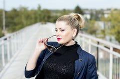 Портрет красивой женщины на мосте извлекая sunglasse Стоковое Фото