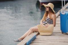 Портрет красивой женщины на пристани около моря Стоковая Фотография