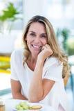 Портрет красивой женщины на таблице в ресторане Стоковая Фотография RF