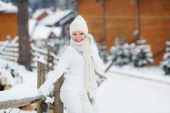 Портрет красивой женщины на лыжном курорте Стоковое Изображение