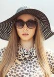 Портрет красивой женщины нося платье леопарда, соломенную шляпу стоковое фото