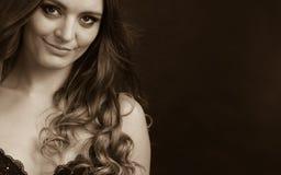 Портрет красивой женщины нося чувственное женское бельё Стоковая Фотография RF