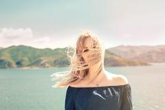 Портрет красивой женщины около озера Стоковая Фотография RF