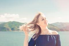 Портрет красивой женщины около озера Стоковое Изображение RF