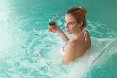 Портрет красивой женщины ослабляя в бассейне Стоковое Фото