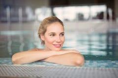 Портрет красивой женщины ослабляя в бассейне Стоковая Фотография RF