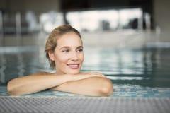 Портрет красивой женщины ослабляя в бассейне Стоковая Фотография