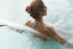 Портрет красивой женщины ослабляя в бассейне Стоковые Изображения RF