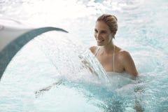 Портрет красивой женщины ослабляя в бассейне Стоковые Фото