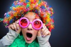 Портрет красивой женщины партии в парике и стеклах Carneval стоковые изображения