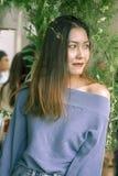 Портрет красивой женщины под смотреть листьев стоковое изображение