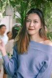 Портрет красивой женщины под смотреть листьев стоковые изображения