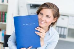 портрет красивой женщины показывая ее портфолио стоковые изображения