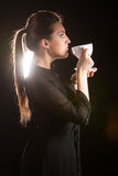 Портрет красивой женщины представляя в студии с чашкой coffe Стоковые Изображения