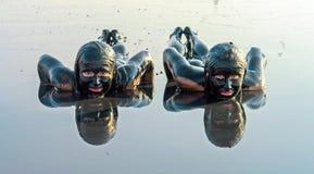Портрет красивой женщины принимая ванну грязи Стоковая Фотография