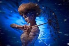 Портрет красивой женщины при стильный hairdo представляя с большим одуванчиком Стоковая Фотография RF