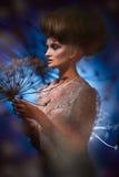Портрет красивой женщины при стильный hairdo представляя с большим одуванчиком Стоковые Изображения RF