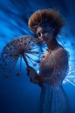 Портрет красивой женщины при стильный hairdo представляя с большим одуванчиком Стоковое Изображение