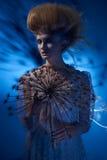 Портрет красивой женщины при стильный hairdo представляя с большим одуванчиком Стоковые Фото