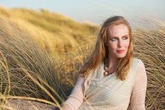 Портрет красивой женщины сидя outdoors Стоковая Фотография RF