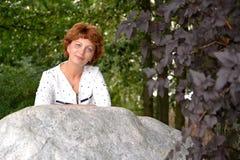 Портрет красивой женщины средних лет в парке Стоковое фото RF