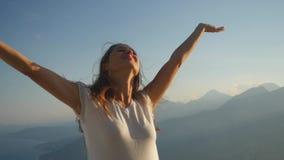 Портрет красивой женщины стоя против sunlights видеоматериал