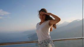 Портрет красивой женщины стоя против sunlights сток-видео