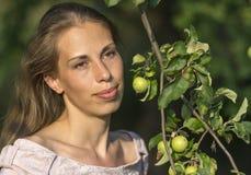 Портрет красивой женщины с ветвью яблони с яблоками Стоковое Фото
