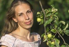Портрет красивой женщины с ветвью яблони с яблоками Стоковые Фото