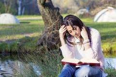 Портрет красивой женщины с книгой в парке осени Стоковое фото RF
