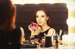 Портрет красивой женщины с подарочной коробкой Стоковое фото RF