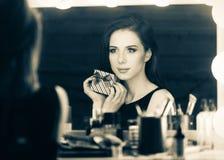 Портрет красивой женщины с подарочной коробкой Стоковое Фото