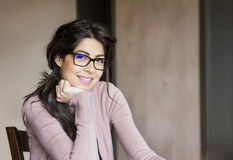 Портрет красивой женщины с расчалками на зубах ортодонтическая обработка Концепция зубоврачебной заботы Стоковые Фото