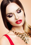 Портрет красивой женщины с составом вечера красоты ярким Девушка рекламирует тень глаза Волосы прямые, ровный Стоковые Фотографии RF