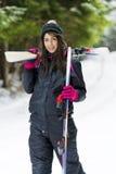 Портрет красивой женщины с лыжей и костюмом лыжи в горе зимы Стоковая Фотография RF