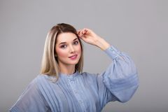 Портрет красивой женщины с ярким составом моды и белокурыми волосами Стоковое фото RF