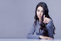 Портрет красивой женщины указывая на вас если она хочет к Стоковые Фото