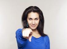 Портрет красивой женщины указывая на вас Стоковое фото RF