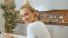 Портрет красивой женщины усмехаясь к камере дома видеоматериал