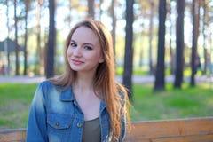 Портрет красивой женщины усмехаясь - outdoors Стоковое Изображение RF