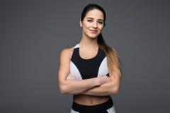 Портрет красивой женщины фитнеса с пересеченными оружиями Стоковое фото RF