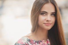 Портрет красивой женщины outdoors в лете Стоковая Фотография