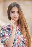 Портрет красивой женщины outdoors в лете Стоковое Изображение
