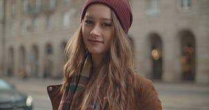 Портрет красивой женщины youn стоя в улице города сток-видео