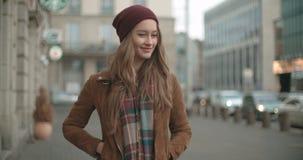 Портрет красивой женщины youn стоя в улице города видеоматериал