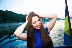 Портрет красивой жизнерадостной женщины Стоковые Фото