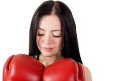 Портрет красивой закрытой молодой женщины с перчатками бокса и Стоковые Фотографии RF