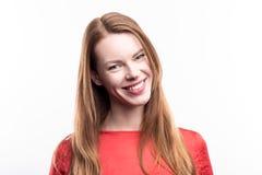 Портрет красивой имбир-с волосами усмехаясь женщины Стоковое Фото