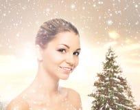 Портрет красивой и здоровой девушки на снеге Стоковое фото RF